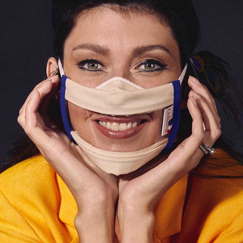 Masque transparent Sourire proposé par Odiora est disponible en bleu, en pack de 2, 5 et 10. Comme Sophie Vouzelaud choisissez de porter le Masque inclusif transparent bleu et souriez à la vie !